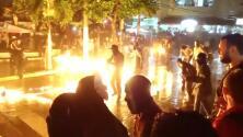 El curioso festival en El Salvador donde habitantes lanzan bolas de fuego en la calle