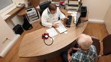 Aún hay desconexión entre médicos y pacientes con relación a la demencia, según estudio: experto explica