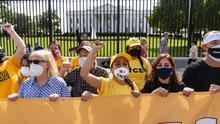 Activistas proinmigrantes se hacen arrestar y envían mensaje a vicepresidenta Kamala Harris