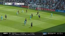 Argentino 'Bebelo' Reynoso inicia jugada que termina con el 1-0 de Minnesota