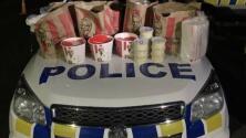 """""""El botín de KFC"""": Miembros de una pandilla son arrestados por llevar paquetes sospechosos (que resultó ser pollo)"""