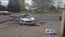 Auto se impacta con poste y deja sin luz a residentes