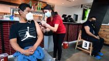 """""""Pueden portar el virus"""": doctor explica por qué los menores se deben vacunar contra el Covid-19"""