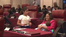 Histórico: Senadora da de lactar por primera vez en el hemiciclo del Senado