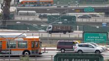 California demanda al gobierno federal por su plan de eliminar estándares para emisiones de autos
