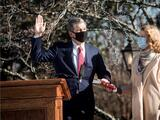 Roy Cooper juramenta como gobernador de Carolina del Norte para un segundo mandato
