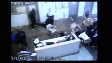 (Advertencia, contenido gráfico) Video capta motín en cárcel de Carolina del Sur que dejó dos oficiales heridos