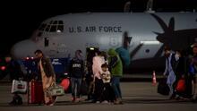 Unos 6,000 estadounidenses y 123,000 afganos evacuados: EEUU sale de Afganistán y termina una guerra de 20 años