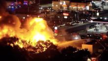 Incendio de cuatro alarmas destruye edificio de subastas de autos en Pennsauken, Nueva Jersey