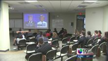 Decenas de personas se congregaron en la Universidad de Sacramento para ver el debate