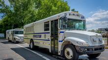 Un recluso de Rikers Island roba un autobús lleno de presos y lo estrella contra un muro