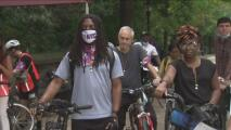 Ciclistas se unen a quienes acampan frente a la casa de Schumer para exigir un camino a la ciudadanía