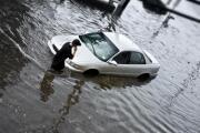 ¿Qué debo hacer si hay una inundación y me encuentro en el auto?
