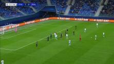 ¡Expulsión! El árbitro saca la roja directa a Anel Ahmedhodzic.