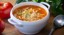 Sopa de tomate con pasta y queso
