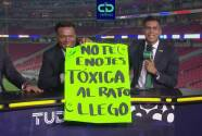 Mensaje a 'La Tóxica': Oswaldo y Pavón 'aparecen' pancarta en vivo