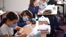 Junta de educación de Chicago discute el plan para el regreso a clases a pocos días del inicio del nuevo año escolar