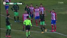 ¡Expulsión! El árbitro saca la roja directa a Diego Pineda.