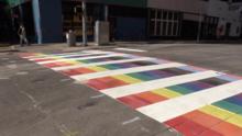 Así luce el paso peatonal pintado de arcoíris en Austin para la comunidad LGBTQ