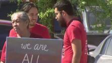 Activistas protestaron contra la presencia de Kirstjen Nielsen en la frontera y las políticas migratorias del gobierno