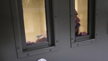 """""""Esto es una bomba de tiempo"""": detenido habla de brote de covid-19 en cárcel de ICE"""