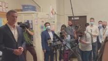 """Gavin Newsom: """"es seguro enviar a sus hijos a la escuela"""""""