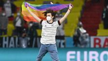 Invade aficionado con bandera en apoyo a LGBT el Alemania-Hungría