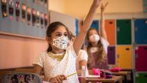 ¿Cómo proteger a niños que regresarán a la escuela en medio del aumento de casos de coronavirus? Experta responde