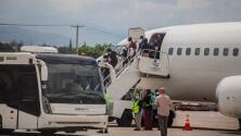 Llegan a su país más de 400 migrantes deportados que estaban bajo el puente de Del Río, Texas