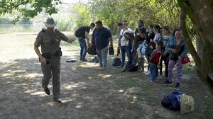 Garland exige a Texas revocar orden que pide detener vehículos con inmigrantes