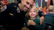 """""""Dios me la envió por una razón"""": un policía adopta a una niña que rescató tras ser maltratada"""