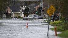 Con botes y helicópteros: así tratan de rescatar a miles de habitantes de Louisiana atrapados en las inundaciones