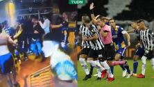 Trifulca entre jugadores de Boca y la policía… ¡hubo gas lacrimógeno!