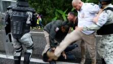 Graban a agentes migratorios mexicanos reprimiendo una caravana de migrantes y golpeando a uno en su cabeza