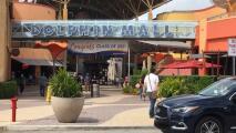 Lo arrestan por espiar y mostrar sus partes íntimas en baño del Dolphin Mall