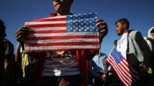 Administración Trump estaría considerando cobrar una tarifa a migrantes que buscan asilo en el país