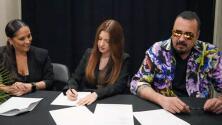 Con orgullo, Pepe Aguilar presenta a la joven de 17 años que firmó con su disquera