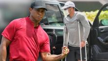 Tiger Woods es captado en muletas tras su accidente automovilístico de febrero pasado
