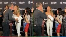 (Video) Se limpió la mejilla después de saludarla: Tom Hanks parece rechazar a Jennifer López