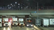 El momento en que 13 camiones se ponen debajo de un puente para disuadir a un hombre de suicidarse