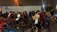 Decenas de ciclistas realizan paseos nocturnos para disfrutar del centro de Houston
