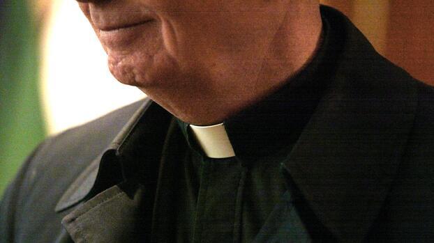 Acusan a un sacerdote de robar dinero de la parroquia para traficar drogas y organizar orgías