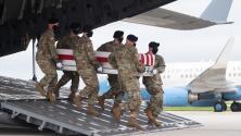 Joe Biden recibe los restos de los 13 soldados estadounidenses caídos en el atentado en Afganistán