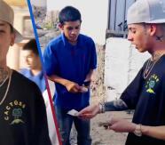 Natanael Cano ayuda a 'la clica' y regala dinero por las calles de Hermosillo, Sonora