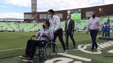 Benjamín Galindo reaparece en silla de ruedas para ver a Santos