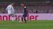 ¡La hace de lujo! Messi evita que Cristiano le robe el balón con magia
