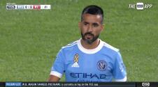 ¡Zurdazo que acaricia el palo! Maxi Morález da el primer aviso de peligro en el Derbi de NY