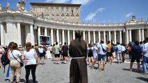 """""""Nos marginaron"""": frustración entre decenas de cubanos que les negaron el paso a la misa del papa en el Vaticano"""