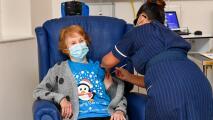 Especialistas piden que se aplique con urgencia una tercera dosis de la vacuna contra el coronavirus a adultos mayores