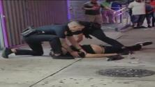 Policías le voltean las manos para arrestarlo cuando estaba herido en el piso: video sobre muerte de hispano